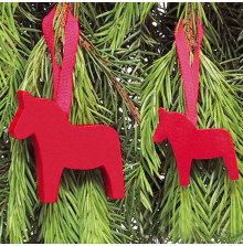 Hästar röda med band